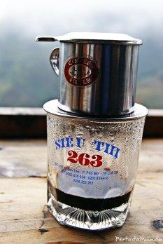Cafe en Sa Pa, provincia de Láo Cai. Llamado café paciente ya que el vaso se va llenando gota a gota del filtro metálico que se le pone encima. Un cafe perfecto para disfrutar de los verdes arrozales de la zona