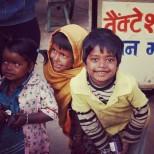 Niños curiosos con los turistas en Pushkar, India