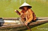 Anciana en el río Thu Bon, Hoi An, Vietnam